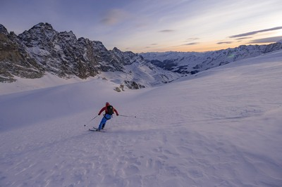 Sunset carving 👌⛷️: @bastien__fleury 📸: @bentibbettsphotography #ski #snow #skitouring #skimo #skialpinisme #skiderando #lightgear #plumbindings #plumfamily #madeinfrance