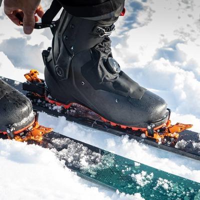 Ready for the downhill ? Lock the boot, unlock the Oazo ✅ . . Prêt pour la descente ? Verrouillage de la chaussure, Oazo en mode ski ✅ . . Guide : @guia.rogerlopezdeharo 📸: @gkmph #skiderando #skitouring #skimo #lightgear #stronggear #lightandstrong #plumoazo #backcountryskiing #madeinfrance #ski #snow