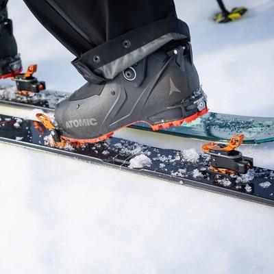 Let's fly up with the Oazo 🐥 . . . 📸@gkmph ⛷️@guia.rogerlopezdeharo #plumoazo #plumbindings #skitouring #skimo #skiuphill #ski #skiderando #madeinfrance #backcountryskiing #nolift #snow