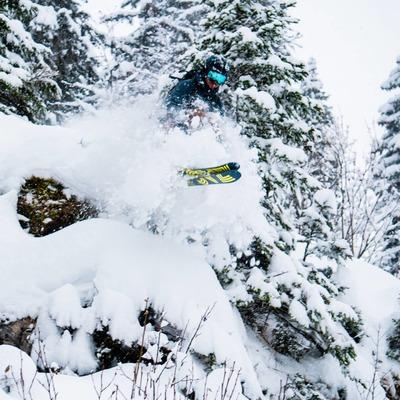 @jules_socie from @lescorbaks testing his new SUMMIT 12 ! LOWtech binding for HIGH fun shredding 🤙 . . . #freeride #freerando #backcountryskiing #ski #jump #pillow #powder #shredding #skitouring #skiderando #plumfamily #plumbindings